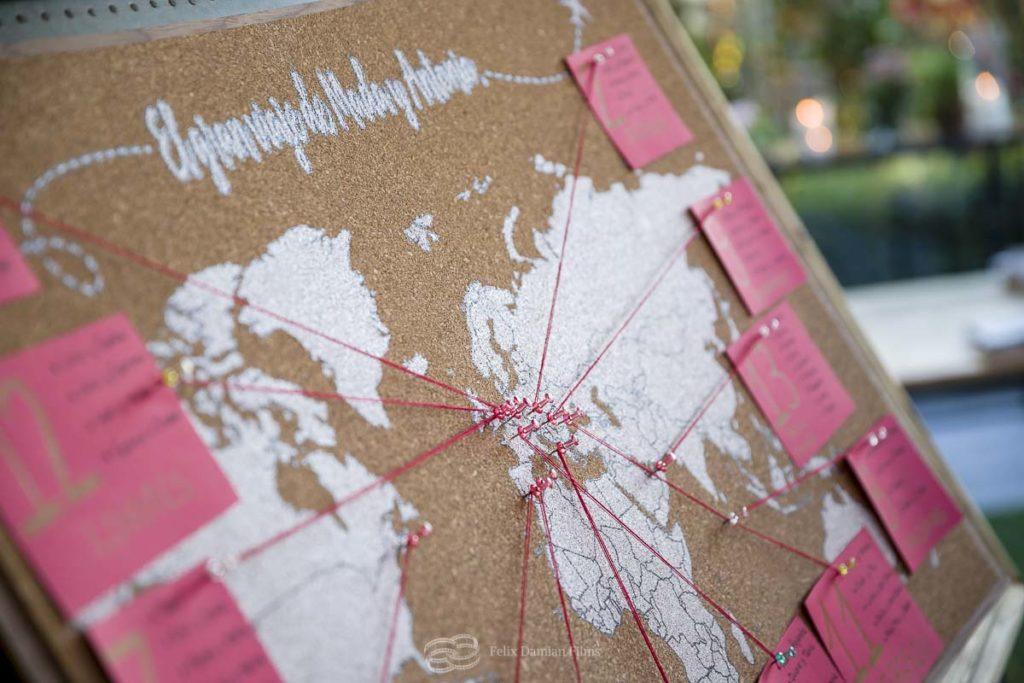 un sitting de los invitados de la boda en forma de mapa