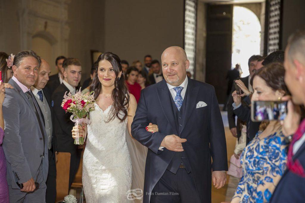 entrada de la novia junto con el padrino