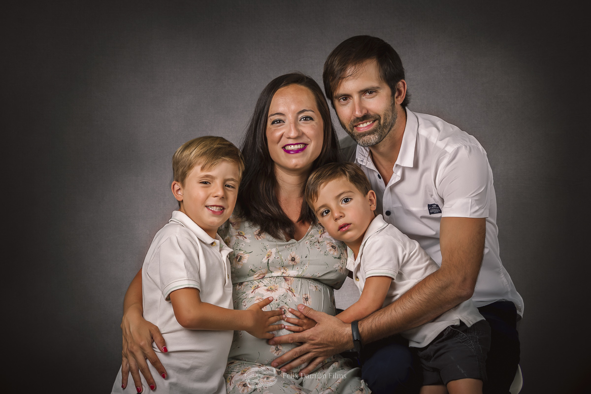 retrato de familia en estudio foto
