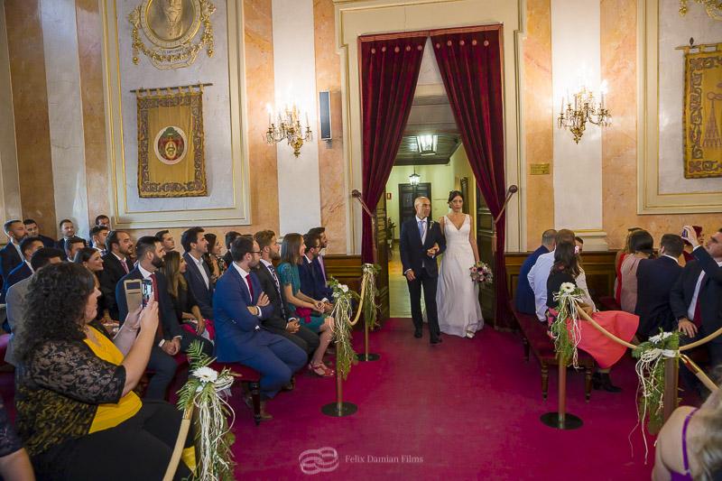 la novia entra con su padre en el salon de actos del ayuntamiento de alcala de henares